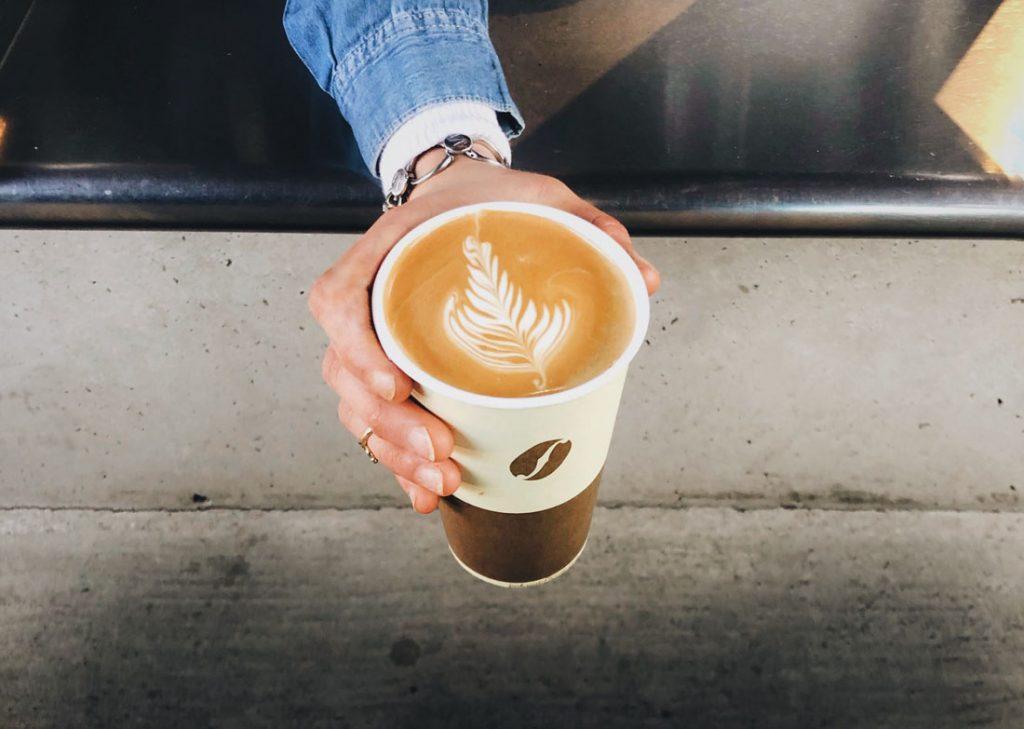 Daň z jednorazových pohárov na kávu