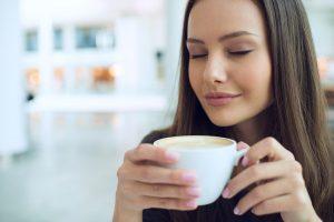 mladá žena si vychutnáva kávu
