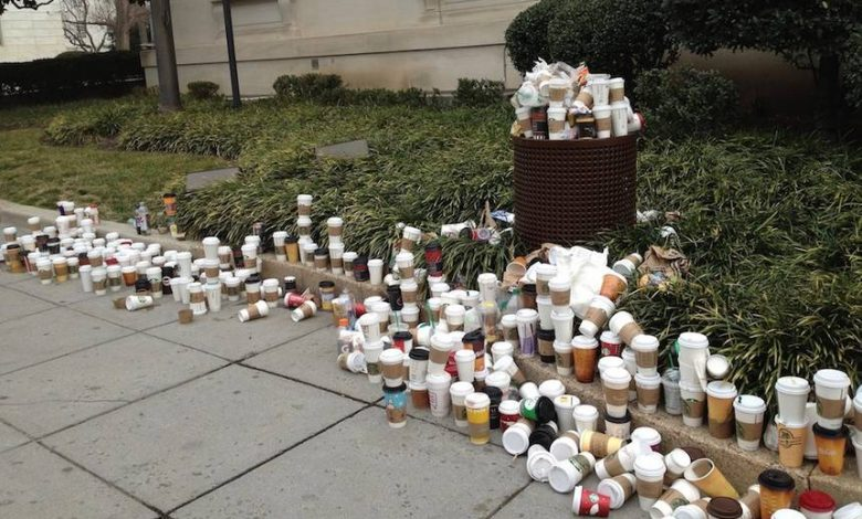 Odpad vo forme jednorazových kávových pohárov.