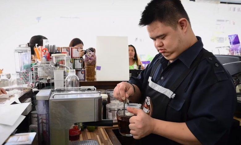 Kávu pripravuje barista s Downovým syndrómom