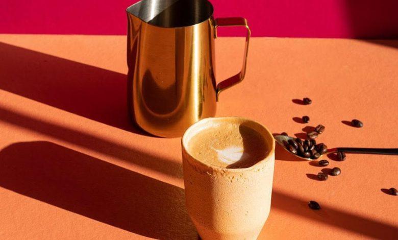 Jedlý kávový pohár a zrnká kávy