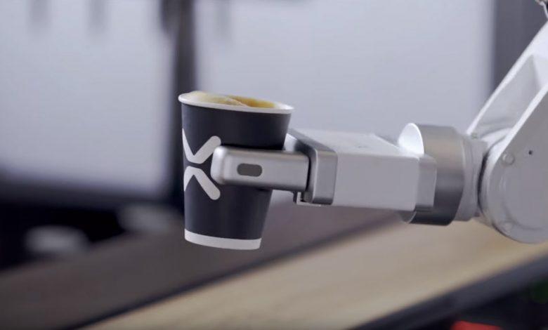 Robot barista podáva kávu, Café X