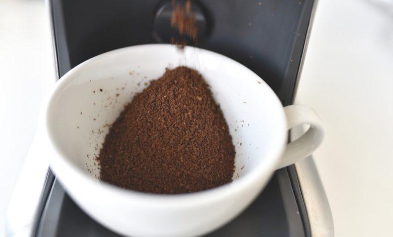 Mletá káva v hrnčeku
