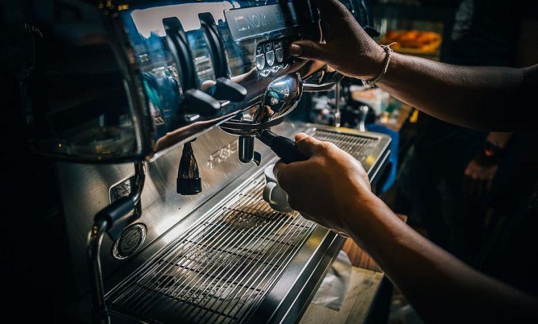 Príprava kávy v kaviarni, barista