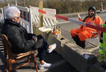 Photo of Párik dôchodcov oddelila pandémia, každý deň však kávičkujú na hranici