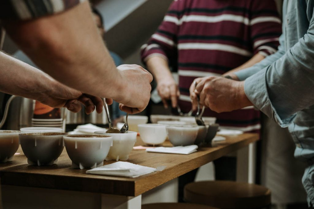 cupping kávy, odstraňovanie krusty