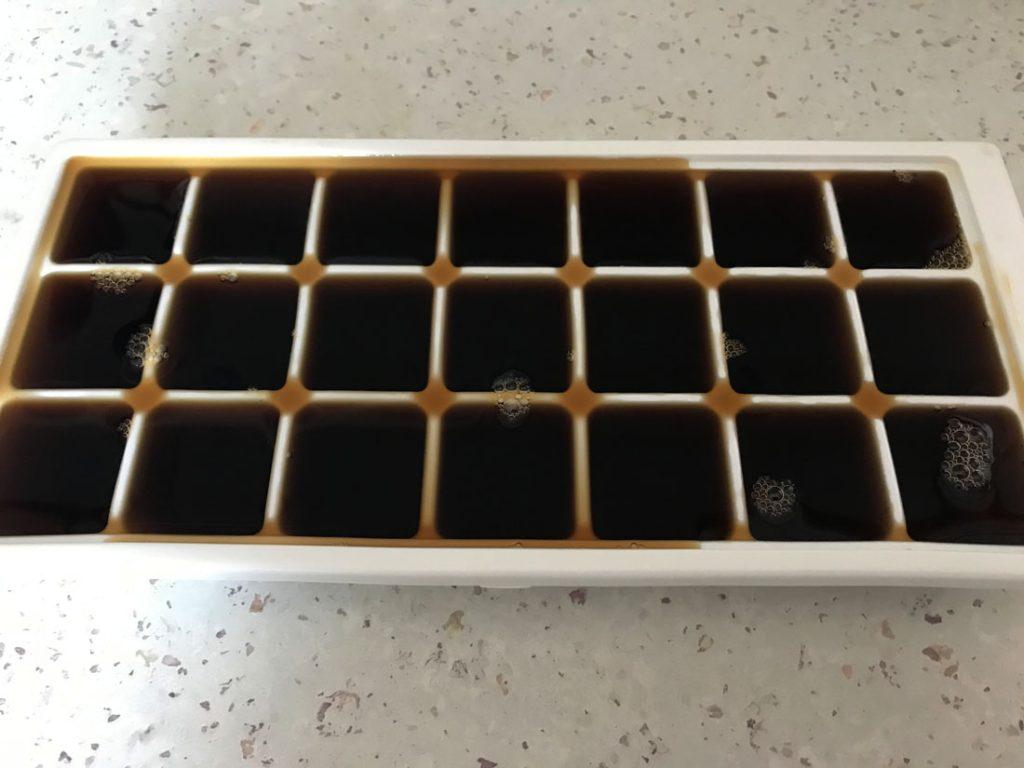 káva v plastovej forme pripravená na zmrazenie