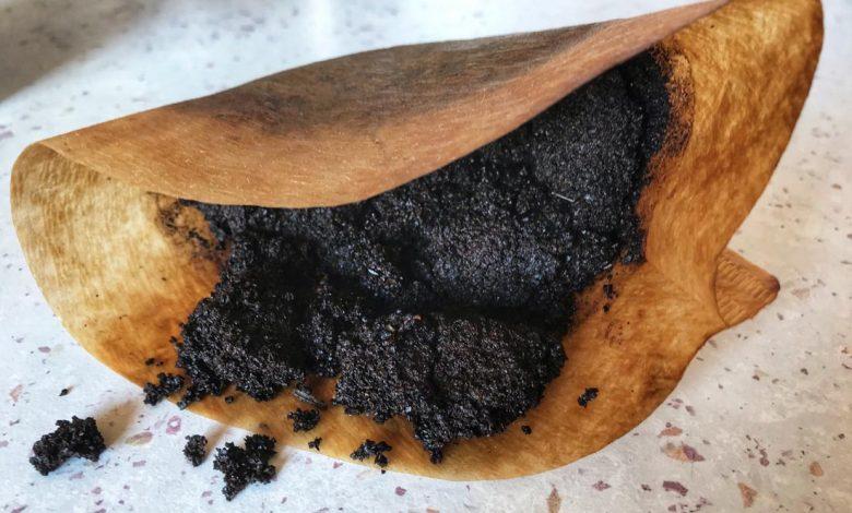Kávový grunt v papierovom filtri
