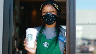 Photo of Starbucks zamestnancom zakázal nosiť nápisy Black Lives Matter