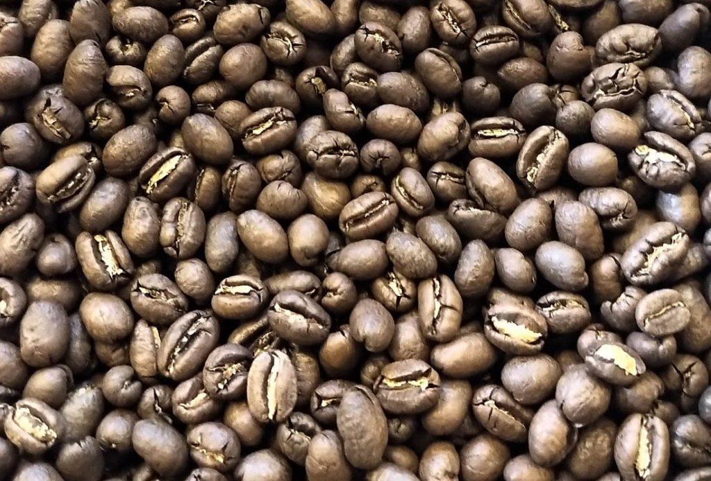 Zrná perlovej kávy