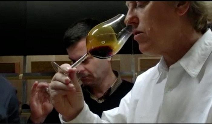 espresso v pohári na víno