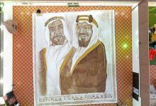 Photo of Najväčšia kávová maľba na svete: Saudskoarabská žena vyobrazila svojich lídrov