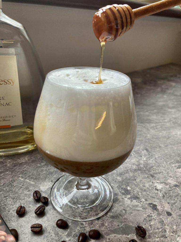 Coco - káva s koňakom, mliečnou penou a medom