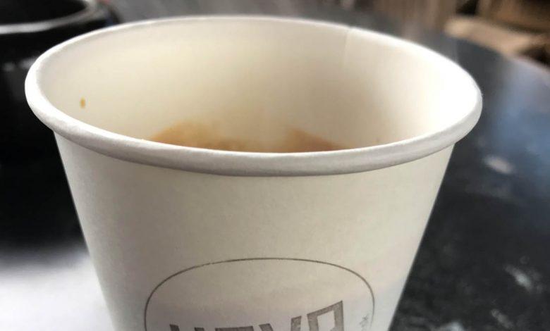 jednorazový papierový pohár na kávu