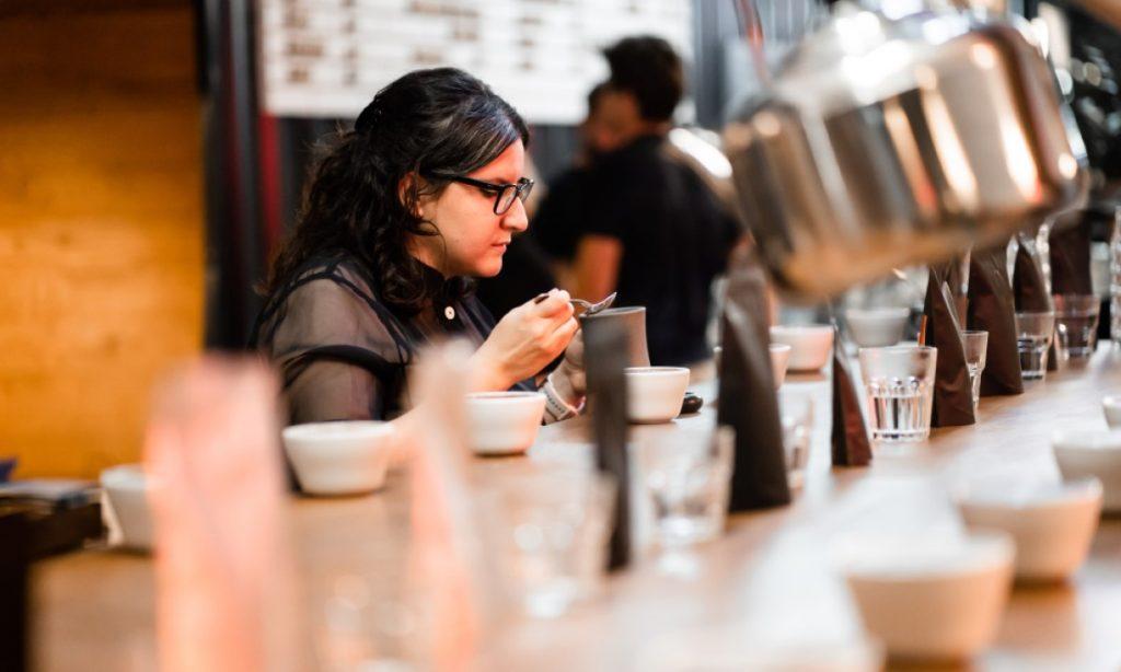 Alica Bánszka a cupping kávy